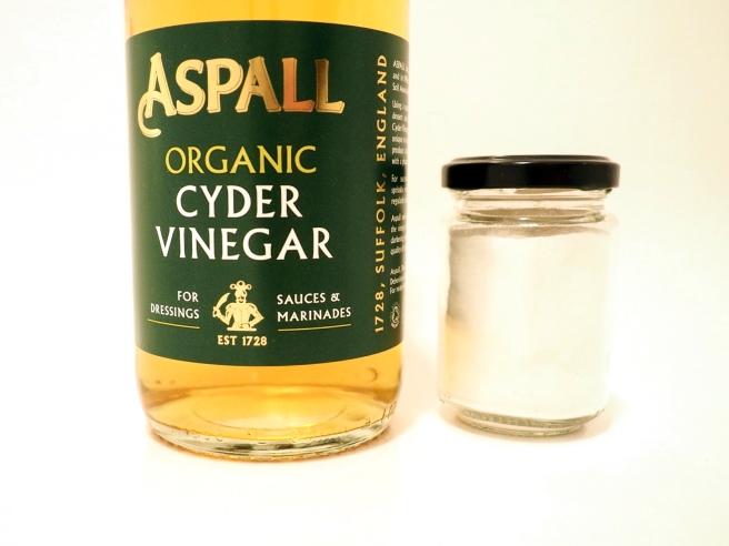 Bicarbonate of soda and apple cider vinegar DIY shampoo recipe